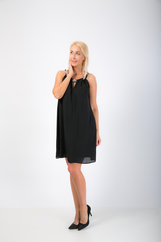a8c00181690a Čierné šaty s náhrdelníkom